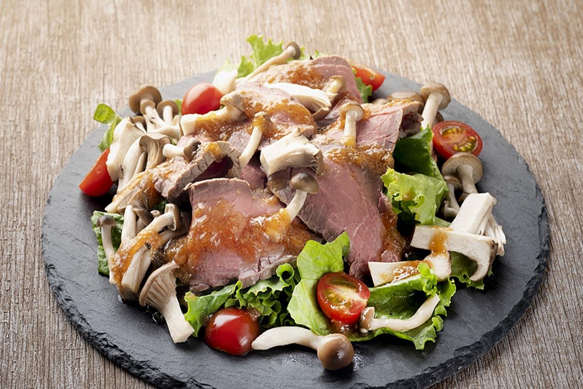 フライパンで簡単ローストビーフときのこのサラダ仕立て